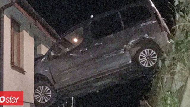 Ô tô cắm đầu trên cửa sổ do tài xế đạp nhầm chân ga khi phanh