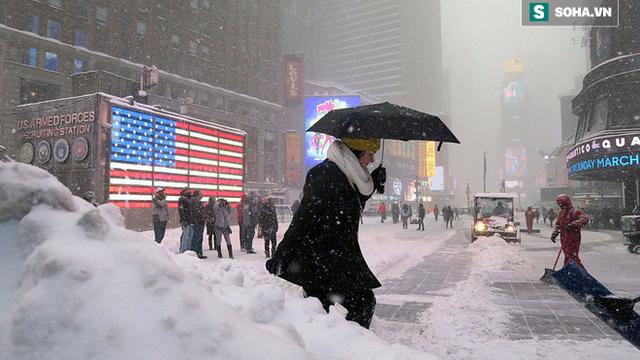 Chùm ảnh: Bờ Đông nước Mỹ chìm trong băng giá, tuyết rơi dày gần nửa mét