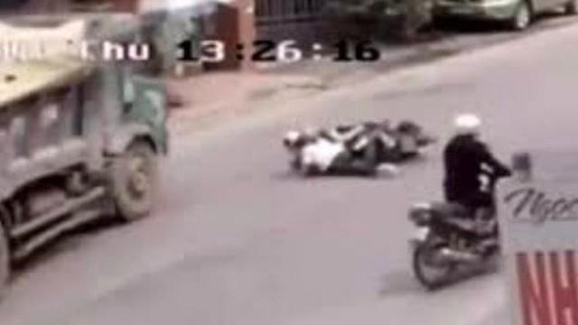 Hai nữ sinh được tài xế xe tải cứu phải chịu trách nhiệm gì?