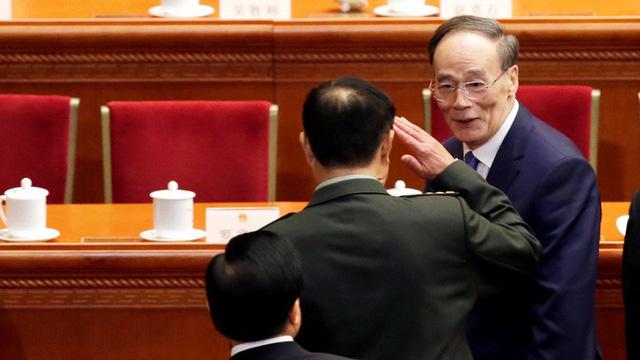 """Vương Kỳ Sơn """"hút sóng"""" Lưỡng hội: Phó Chủ tịch quân ủy giơ tay chào và hồ hởi bắt tay"""