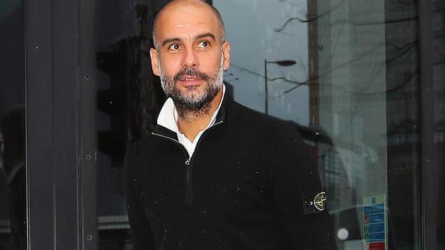 """Pep Guardiola ngạo nghễ cười khi được Mourinho """"dâng"""" chức vô địch trước 5 vòng đấu"""