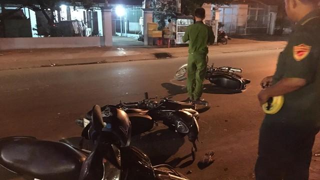 3 xe máy tông nhau liên hoàn trong đêm, 5 người nằm la liệt trên đường