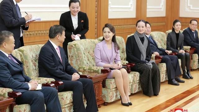 """""""Thăng cấp"""" vợ ông Kim Jong-un từ đồng chí lên đệ nhất phu nhân"""