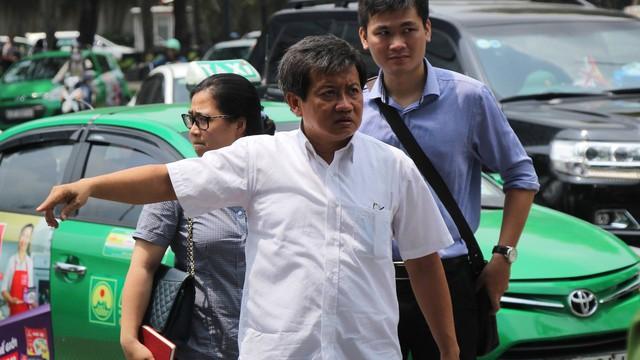 Ông Đoàn Ngọc Hải chạy bộ đuổi theo xe tải đi ngược chiều trên phố Sài Gòn