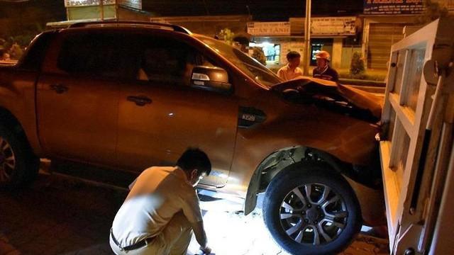 Ô tô bán tải tông xe CSGT đậu vỉa hè