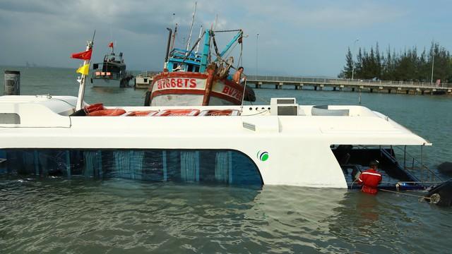 Tàu cao tốc chìm trên biển Cần Giờ do đụng vật thể lạ