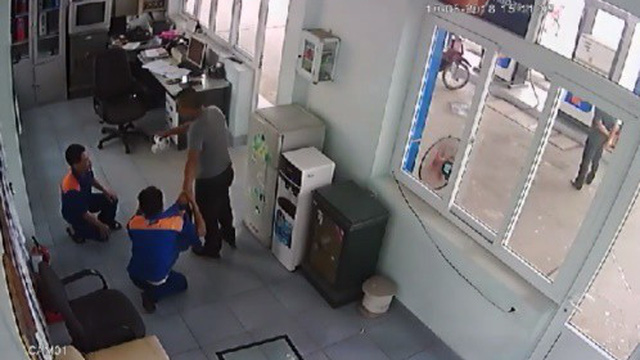 Nhân viên trạm xăng bị khách bắt quỳ, đánh chảy máu mồm vì nghi bơm xăng điêu