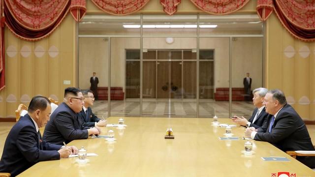 """""""Người đưa tin từ địa ngục"""" trên bàn họp với ông Kim Jong-un"""