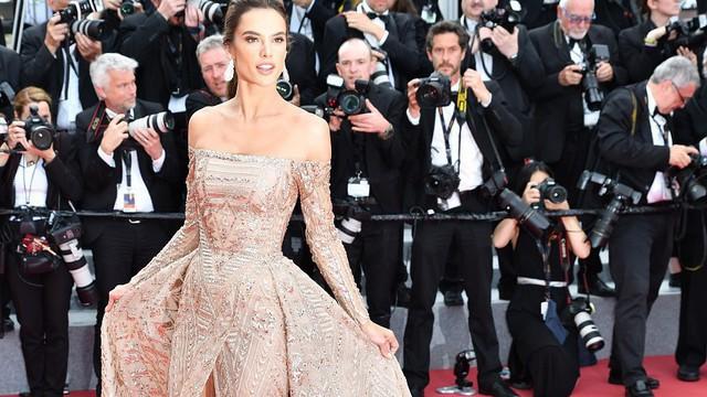 """Thảm đỏ Cannes: Thiên thần nội y toả sáng như nữ thần, nhưng gây chú ý hơn là sự """"độc lạ"""" của một sao nữ"""