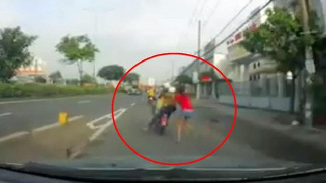 Clip: Cô gái tuyệt vọng kêu cứu khi bị cướp kéo lê trên quốc lộ ở vùng giáp ranh Sài Gòn