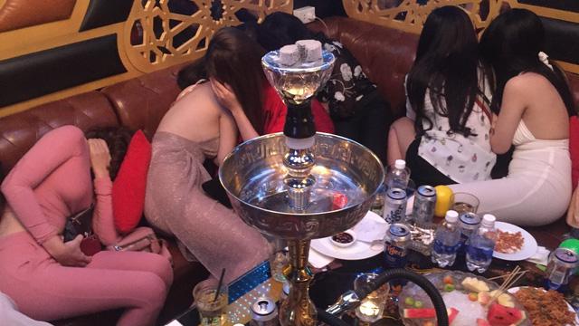 80 tiếp viên lưng trần vui vẻ cùng khách trong hai tụ điểm ăn chơi ở Sài Gòn