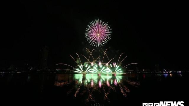 Mãn nhãn với 'chuyến tàu tình bạn' được đội Pháp vẽ bằng pháo hoa trên sông Hàn