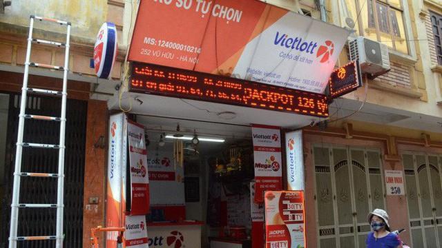 """Chủ cửa hàng Vietlott ở Hà Nội nơi bán ra tấm vé 303 tỷ đồng: """"Chúng tôi đang trích xuất camera xem ai là người may mắn đến vậy"""""""