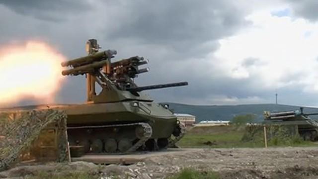"""Video: Xem """"cỗ máy chiến tranh Syria"""" của Nga vượt bùn lầy, ầm ầm phóng hỏa"""