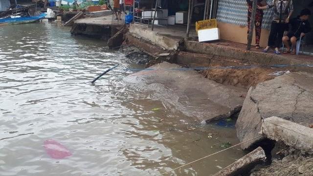 Cà Mau: Sạt lở trong đêm nhấn chìm 3 căn nhà xuống sông