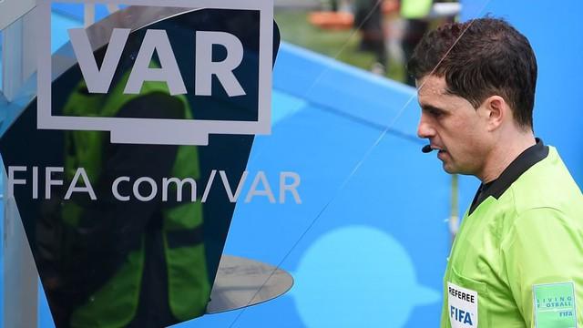 """""""Tóm sống"""" tuyển Australia, nhưng lại """"tha bổng"""" Diego Costa, công nghệ VAR có lỗi?"""