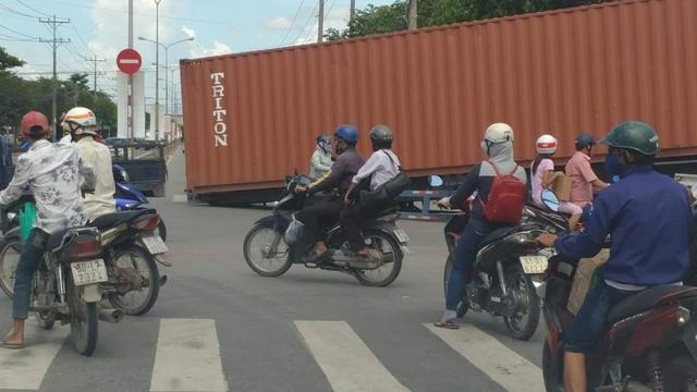 Container gãy sập giữa đường, hàng chục người thoát chết trong gang tấc