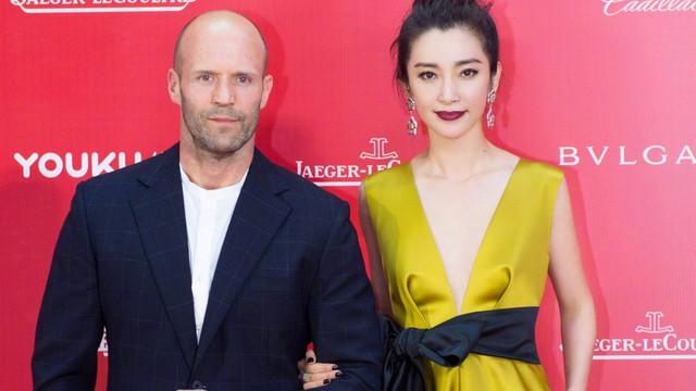 """Siêu sao hành động Jason Statham gây """"choáng"""" khi đi dép lê tới LHP danh giá tại Trung Quốc"""