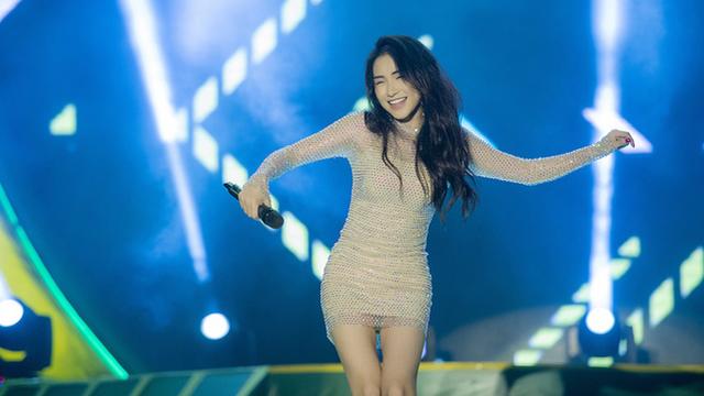 Hòa Minzy khoe vũ đạo nóng bỏng khi diễn tại trường Đại học Xây dựng