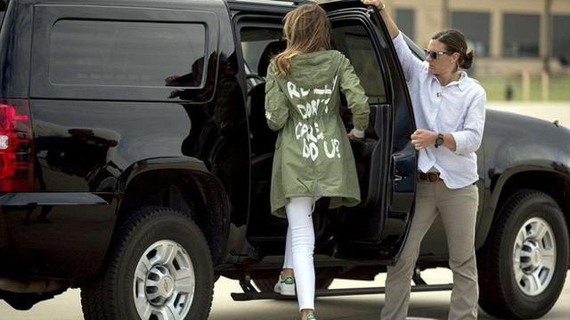 Diện áo khoác Zara, nhưng bà Melania Trump lại bị chỉ trích vì câu slogan đằng sau lưng áo