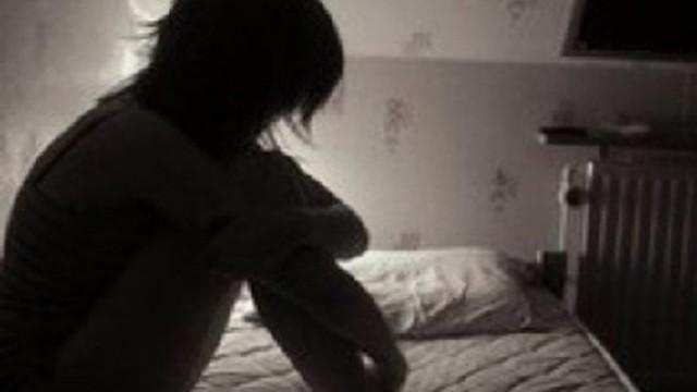 Nhờ bé gái hàng xóm chở về, nam thanh niên đè ra để hiếp dâm
