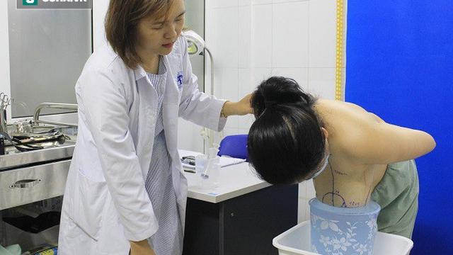 """Hy hữu: Người phụ nữ khốn khổ vì bộ ngực """"khủng"""", hay bị ngã dúi mặt khi đi lại"""