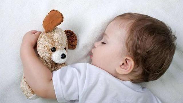 3 đồ vật tưởng vô hại nhưng bố mẹ thông thái tuyệt đối sẽ không cho con dùng khi đi ngủ