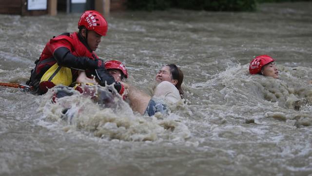 24h qua ảnh: Giải cứu cô gái mắc kẹt trên đường phố ngập lụt ở Trung Quốc
