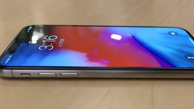 Đây là chiếc iPhone X viền thép xước có một không hai, được gia công bằng... xốp rửa bát