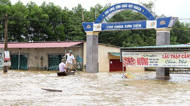 Hà Tĩnh: Xã ngừng giao dịch 3 ngày vì nước ngập sâu