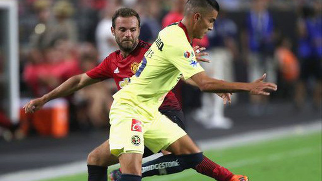 """Được thủ môn đối phương """"tặng"""" bàn thắng, Man United thoát thua đầy may mắn"""