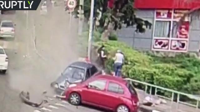 Video: Tài xế ngủ gật lao xe lên vỉa hè, húc văng nhiều người đi bộ