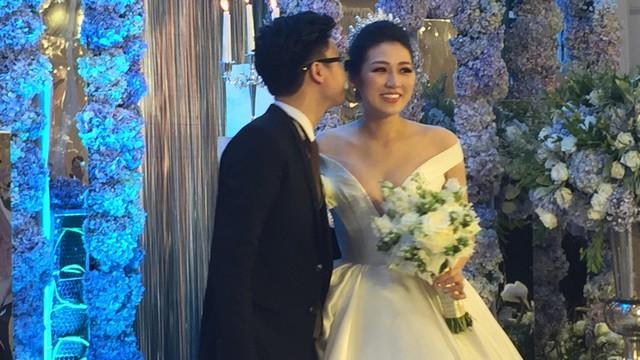 [TRỰC TIẾP] Cô dâu Tú Anh đẹp lộng lẫy, cười hạnh phúc bên chú rể thiếu gia kém 1 tuổi