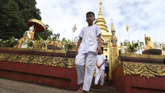 Đội bóng Thái Lan xuống tóc đi tu, thực hiện lời hứa khi còn mắc kẹt trong hang Tham Luang