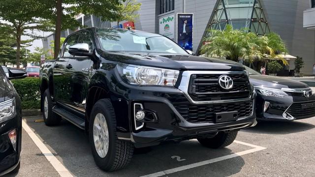 """Cận cảnh """"hàng nóng"""" Toyota Hilux 2018 nhập khẩu vừa cập bến"""