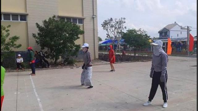 """""""Đại chiến ninja trên sân bóng chuyền"""", bức ảnh lột tả tinh thần thi đấu thể thao độc nhất vô nhị đang gây bão MXH"""