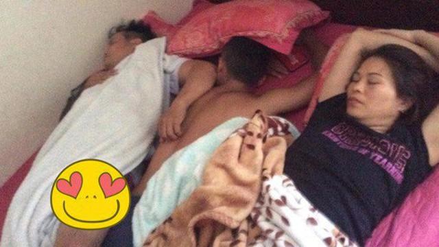 Thanh niên gần 30 tuổi hạnh phúc khi nằm ngủ giữa bố mẹ để được xoa đầu, gãi lưng khiến nhiều người bật cười