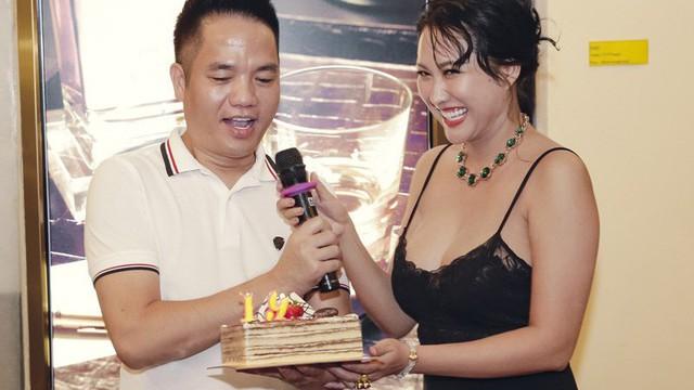 """Phi Thanh Vân mặc sexy đến chúc mừng sinh nhật """"ông bầu"""" Quang Cường"""
