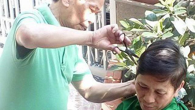 Hình ảnh ông cắt tóc cho bố và lời nhắn nhủ cảm động: Dù bao nhiêu tuổi, tình cha vẫn vậy!