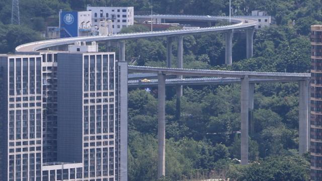 24h qua ảnh: Cây cầu vượt cao như nhà chọc trời ở Trung Quốc