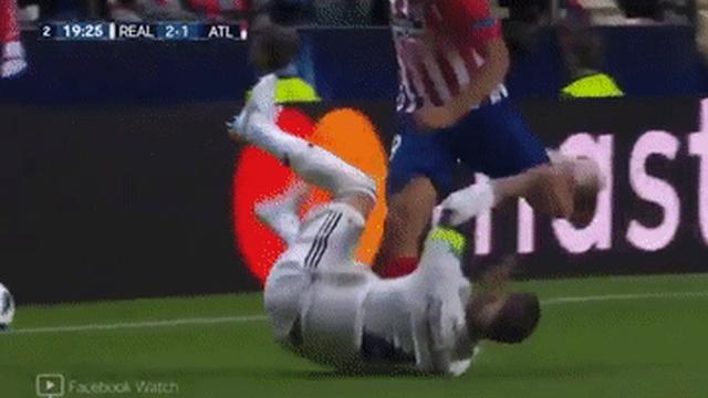 Sân cỏ biến thành sàn đấm bốc: Ramos thúc cùi chỏ, Costa trả đũa bằng một cú sút thẳng vào đầu Ramos