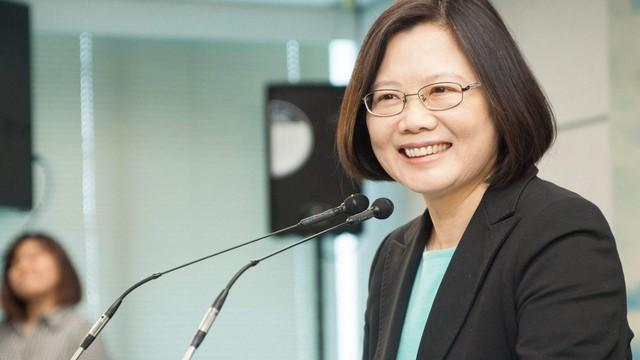 Gặp sự cố khi công du nước ngoài, bà Thái Anh Văn cười trừ, đẩy trách nhiệm cho cấp dưới