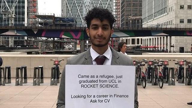 Thanh niên người tị nạn cầm biển xin việc ra giữa phố đứng, bất ngờ trở nên nổi tiếng và được ba công ty hẹn phỏng vấn