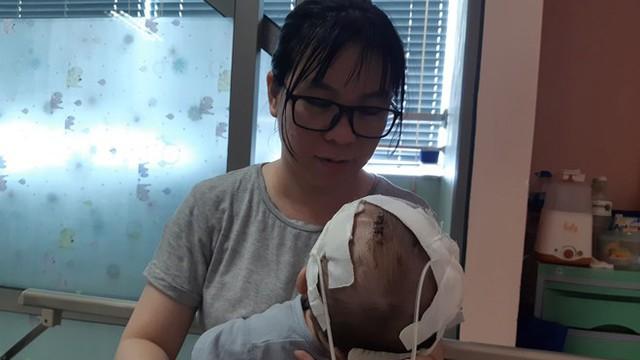 11 lần lên bàn mổ, chưa một lần được về nhà, bé trai 14 tháng tuổi thoi thóp tìm sự sống