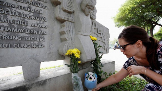 Người Hà Nội mang hoa đến bên hồ Trúc Bạch tưởng niệm ông John McCain