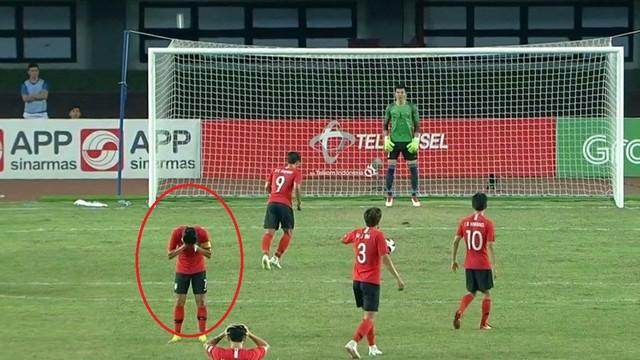 Son Heung-min quay mặt không dám nhìn đàn em đá quả penalty quyết định cho U23 Hàn Quốc