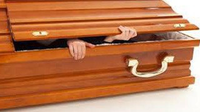 Chui vào quan tài làm lễ trừ tà rồi qua đời vì ngạt thở