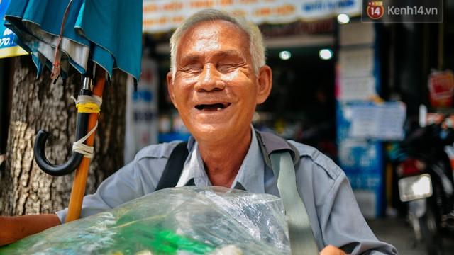 """Chuyện tình chưa kể của ông lão mù bán bánh thuẫn ở Sài Gòn: """"Tui nhỏ hơn vợ 2 tuổi, mà nói chuyện dễ mến nên bả ưng tui!"""""""