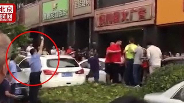 Đám đông tranh cướp mua rượu giảm giá, cảnh sát buộc phải bắn chỉ thiên để dẹp loạn