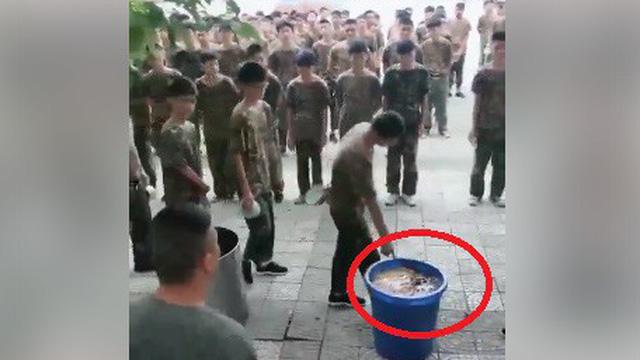 Video: Lãng phí thức ăn, sinh viên tập quân sự TQ phải nếm rác